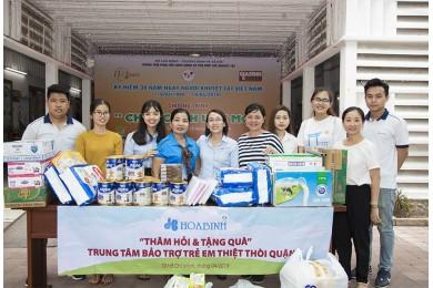 Tập đoàn Xây dựng Hòa Bình tặng 250 phần quà cho trẻ em khuyết tật Quận 3