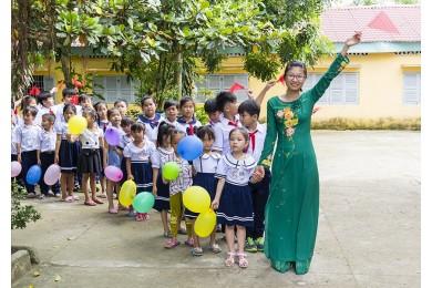 Hòa Bình trao tặng hơn 2.100 áo mới tựu trường