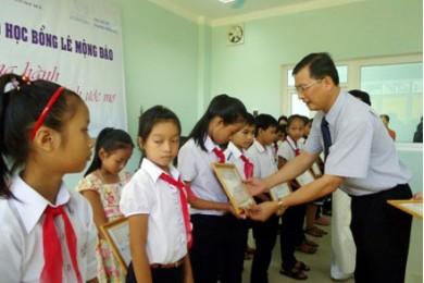 Quỹ Lê Mộng Đào trao 105 suất học bổng tại Huế